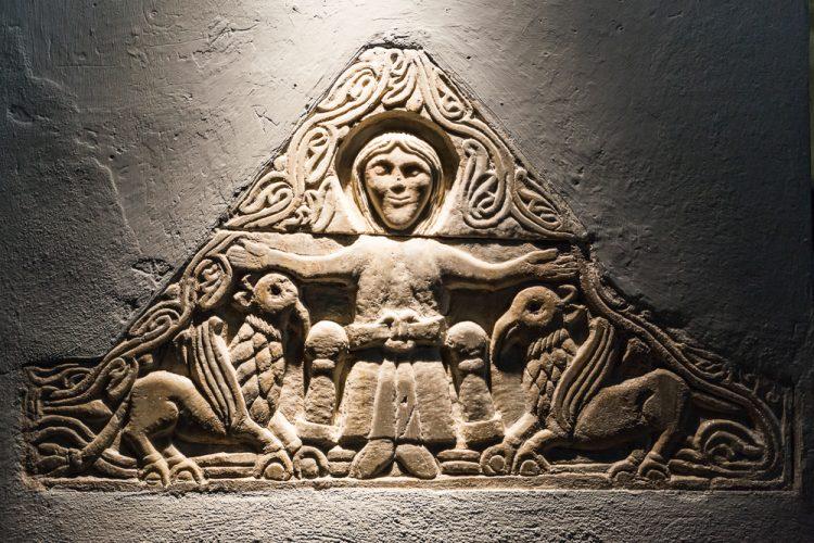 Itinerario Appennino Emiliano romanico - Bassorilievo all'interno dell'Abbazia di Frassinoro riconducibile all'immagine del Volto Santo