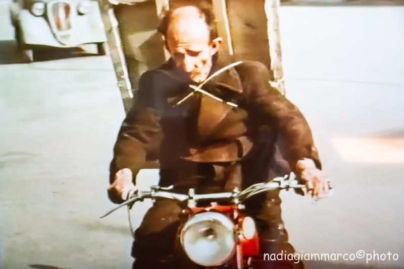 Antonio Ligabue con la sua Moto Guzzi e la tela sulle spalle, immagine tratta da un video visibile nell'esposizione di Palazzo Bentivoglio a Gualtieri RE