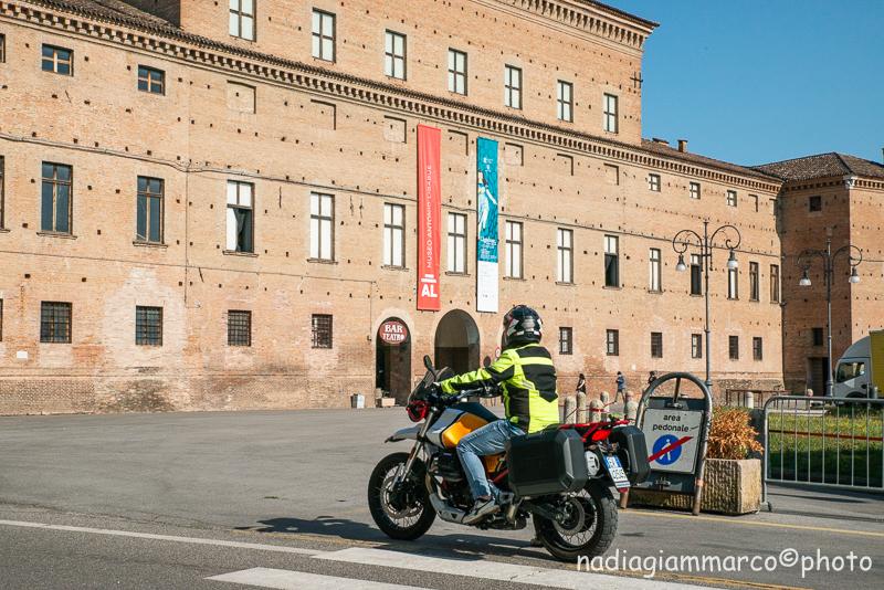 """A bordo della Moto Guzzi V85TT, sullo sfondo Palazzo Bentivoglio a Gualtieri RE, sede del """"Centro Studi Antonio Ligabue"""""""