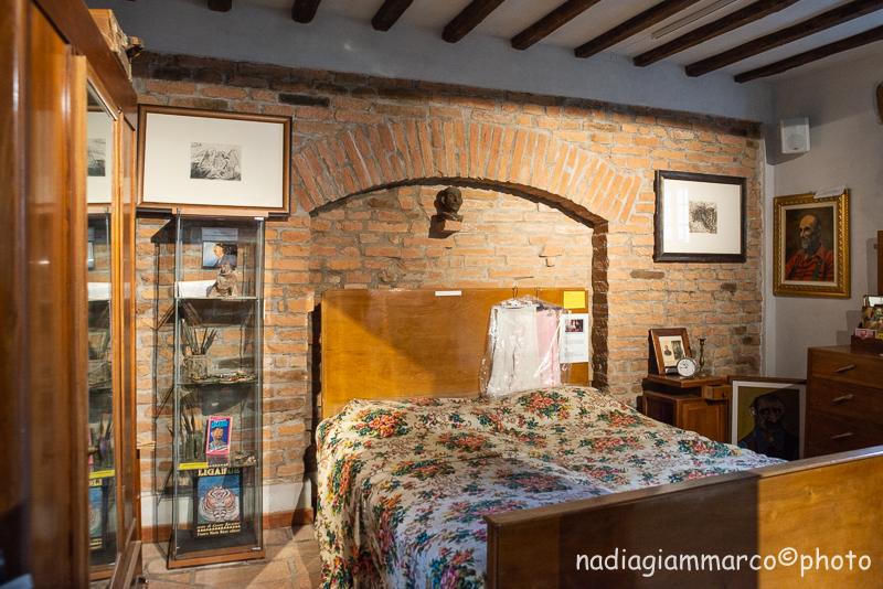 La camera da letto di Ligabue allestita nella Casa Museo Antonio Ligabue