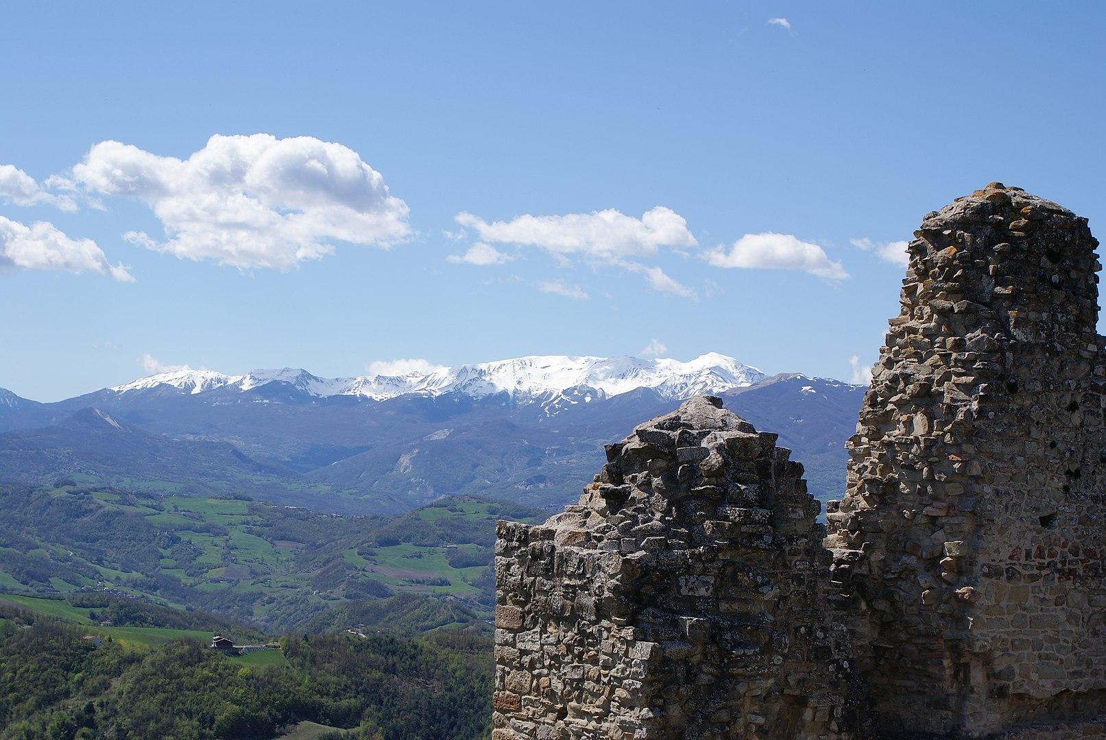 Monte Cusna visto dal Castello di Carpineti | Ph. Paolo Picciati
