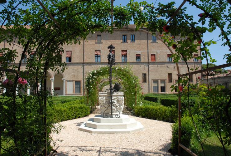 Occhio digitale InEmiliaRomagna 3 passeggiate fotografiche per wiki loves monuments Ferrara, Palazzo Costabili detto di Ludovico il Moro, giardino rinascimentale ph. www.archeoferrara.beniculturali.it