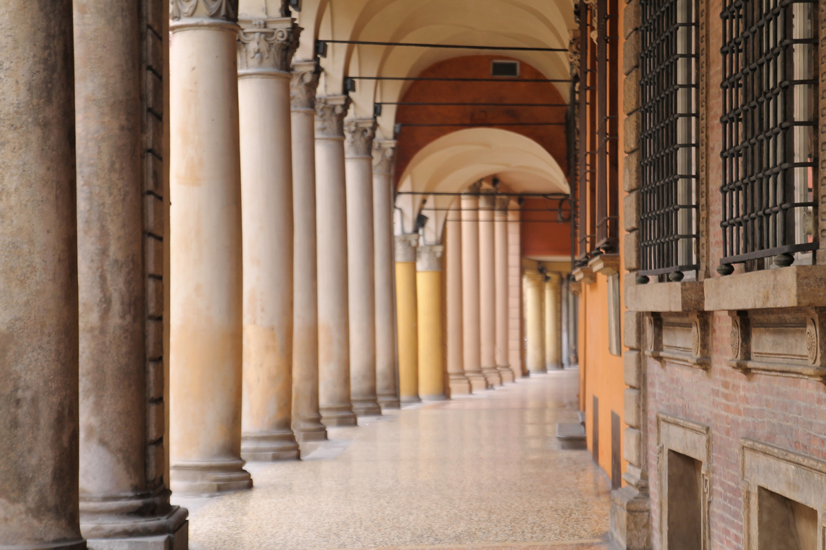 Il portico di Santo Stefano, Bologna