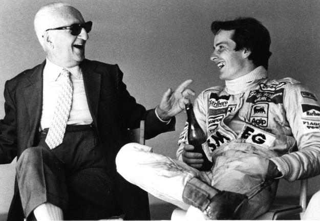 Enzo Ferrari e Gilles Villeneuve festeggiano la vittoria con una bottiglia di Lambrusco