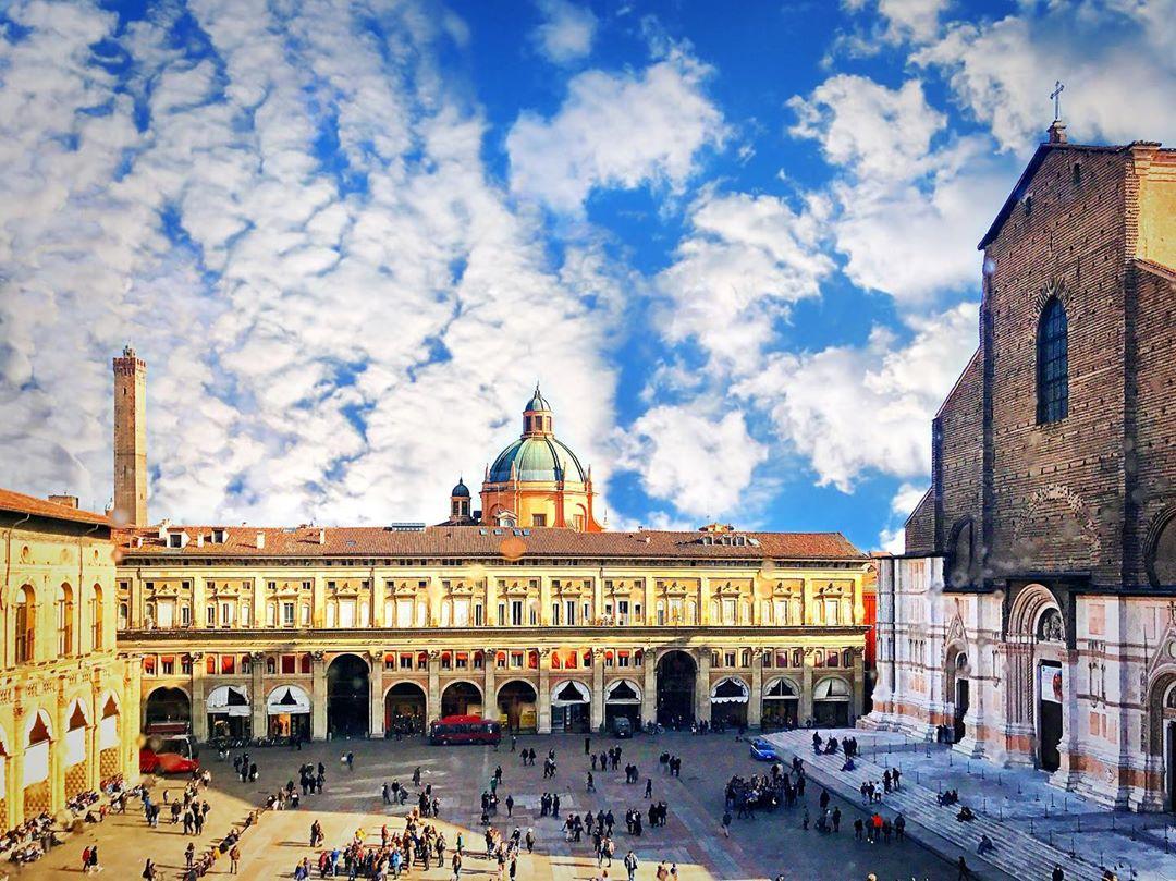 Bologna, Piazza Maggiore   Ph. @bolognacasamia