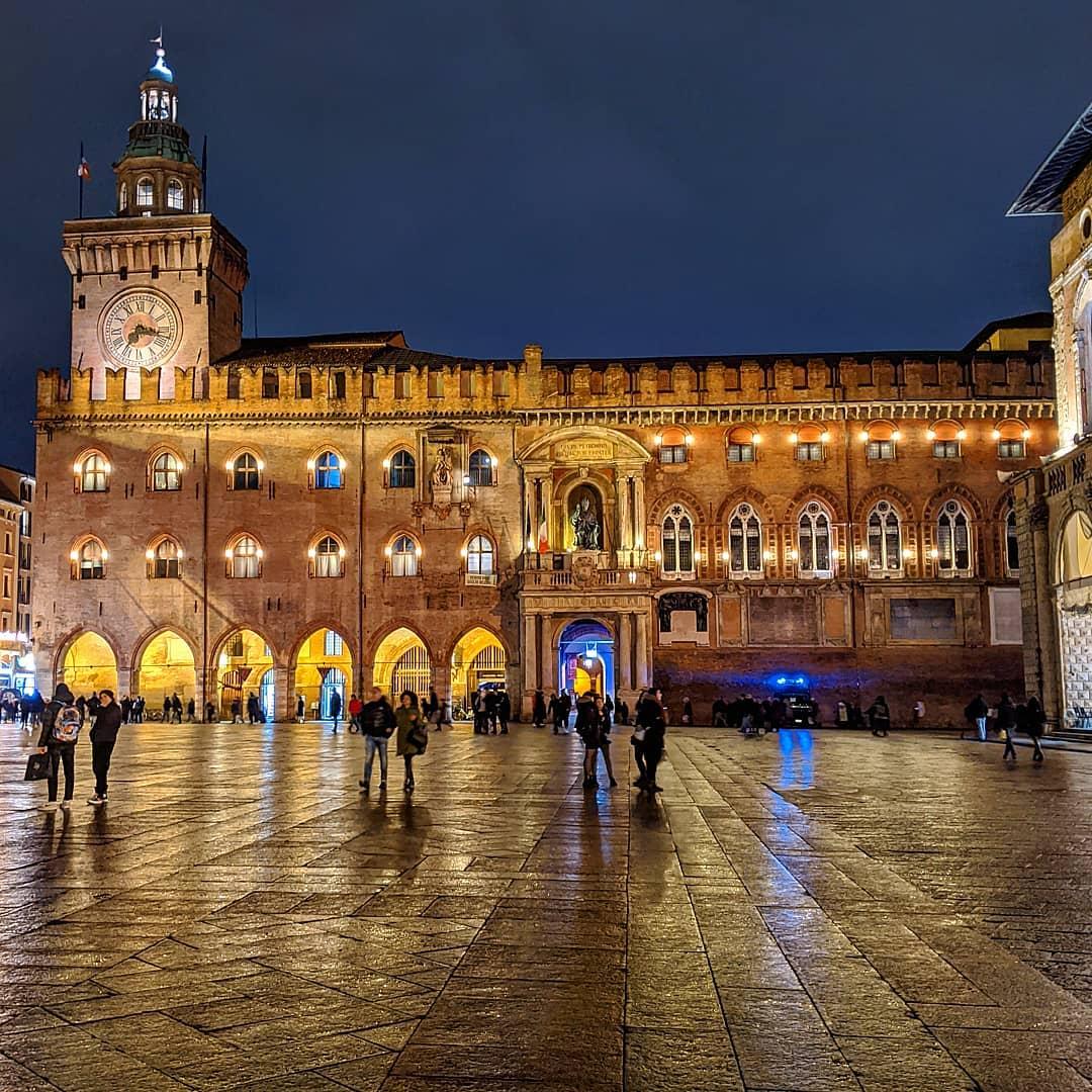 Bologna, Piazza Maggiore   Ph. @inviaggioconlollo