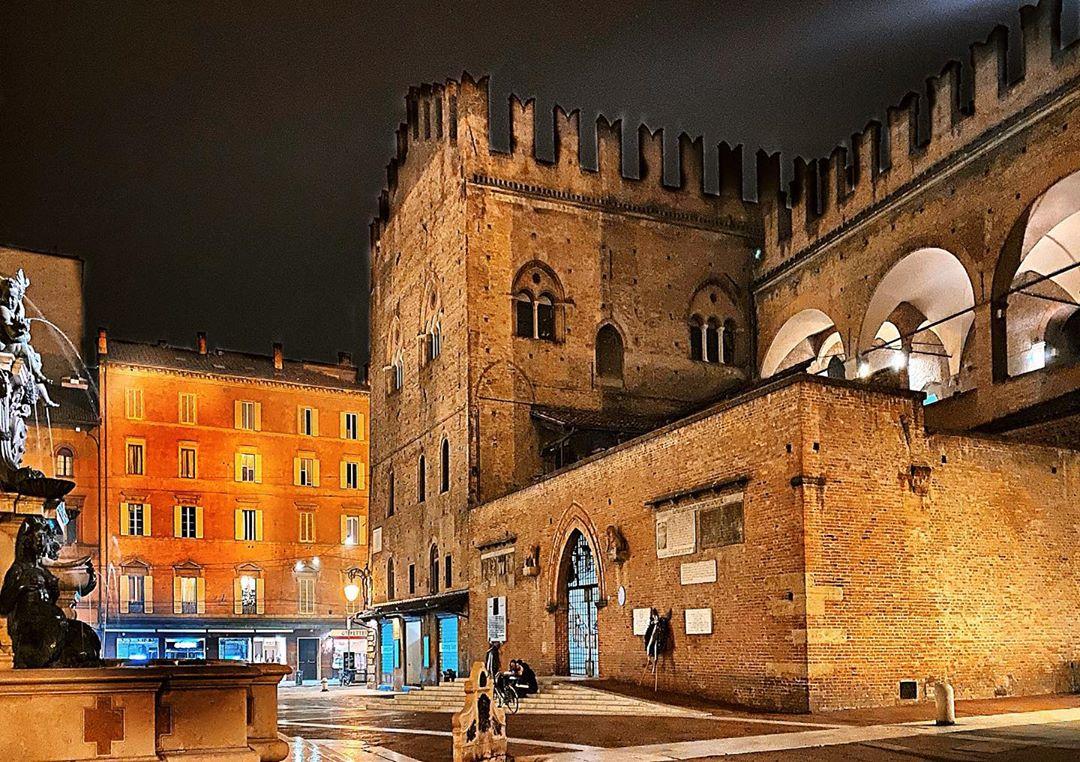 Bologna, Palazzo Re Enzo   Ph. @bolognacasamia