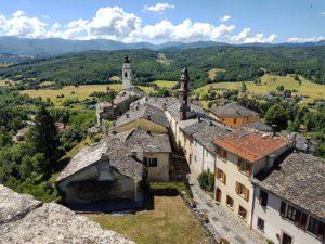 Compiano: il castello con il borgo intorno