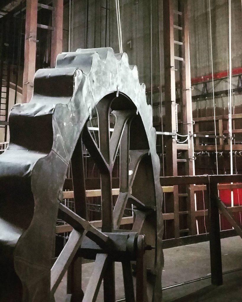 #TeatroValli: dietro il sipario, sul ballatoio, per fotografare la macchina che riproduce l'effetto della pioggia Foto di @soniagambarati