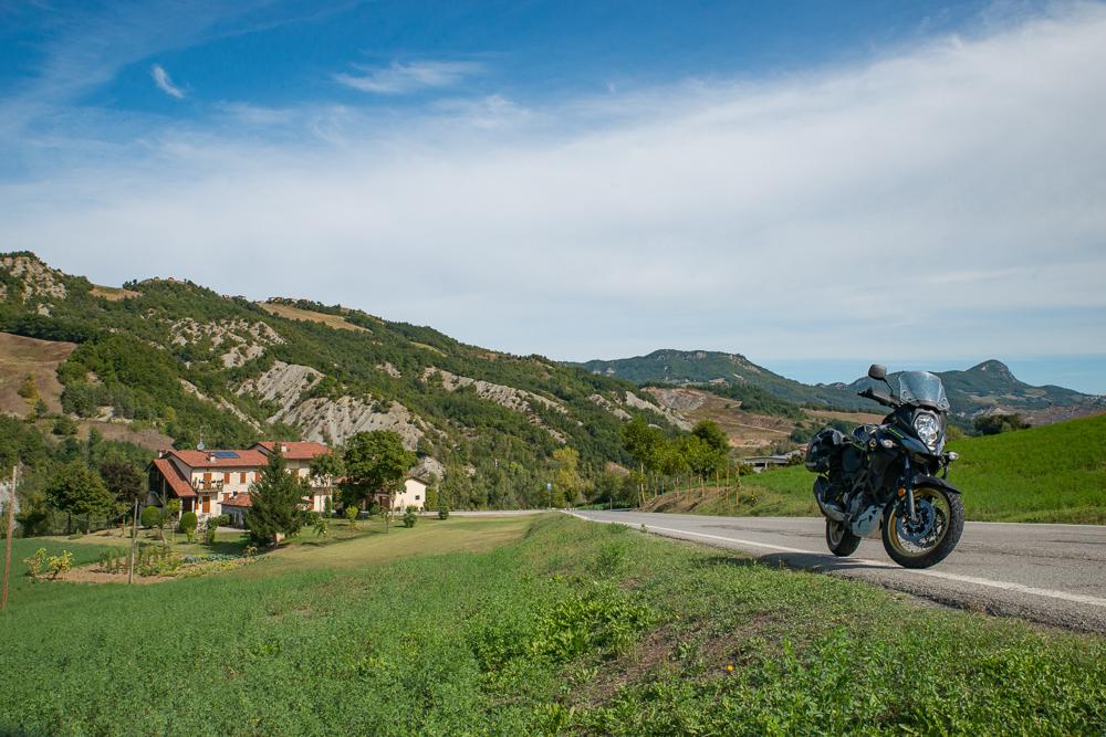Appennino Emiliano romanico - vista sui calanchi lungo la strada per la Pieve di Toano