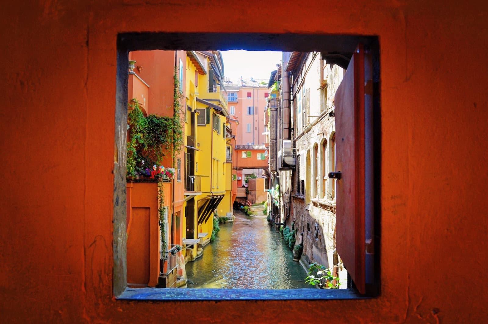 Bologna, finestra di via Piella, Ph. Nicole Pasini viaggiareunostiledivita.it