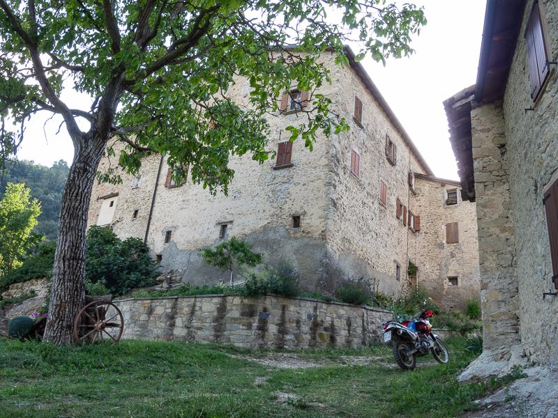 L'imponente struttura della casa a torre.