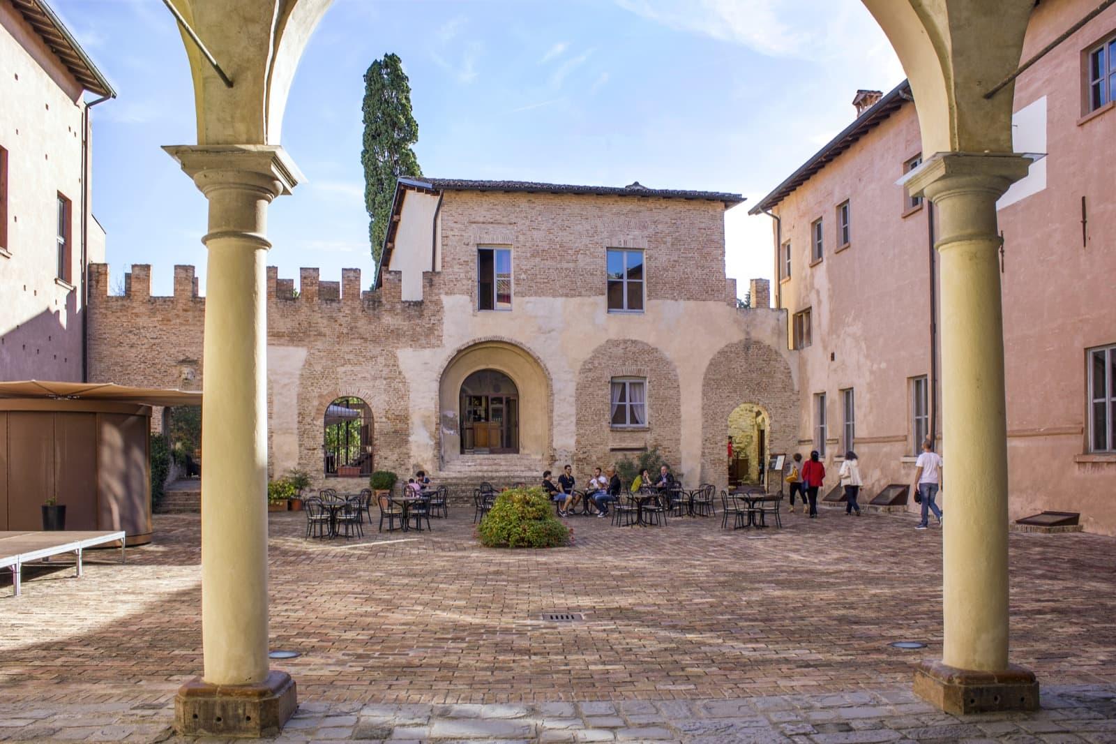 Castello di Spezzano Ph. ovikovi via Wikipedia
