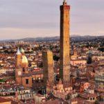 Le Due Torri viste dalla Torre Prendiparte | Ph. @nmcob via Instagram