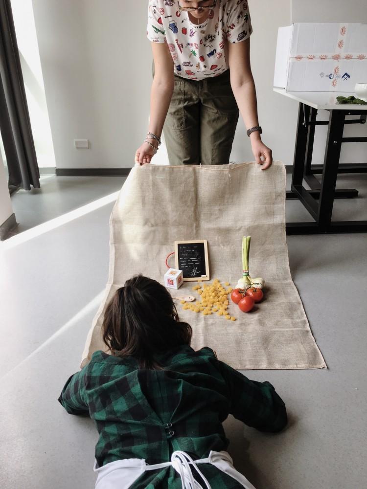 Due ragazze all'opera secondo le indicazione della docente Silvia Canini.
