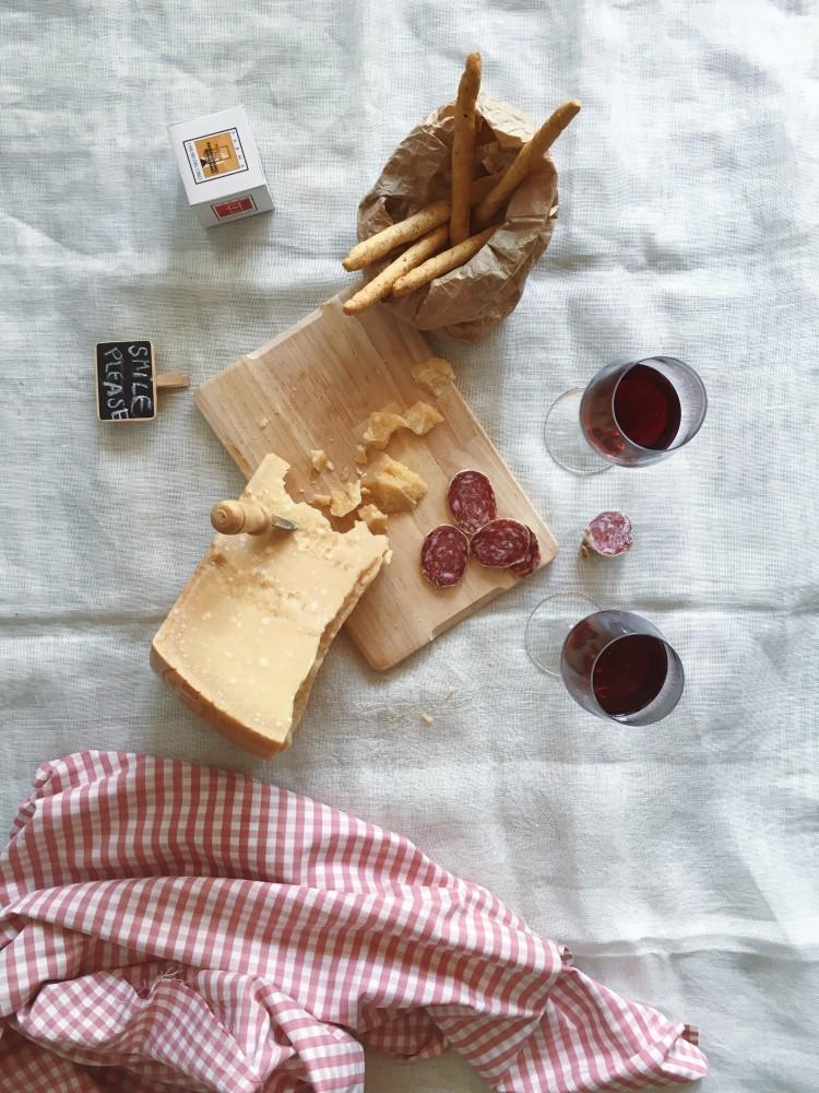 Set da pic nic con Parmigiano Reggiano, vino dei Colli di Parma e Salame di Felino IGP.
