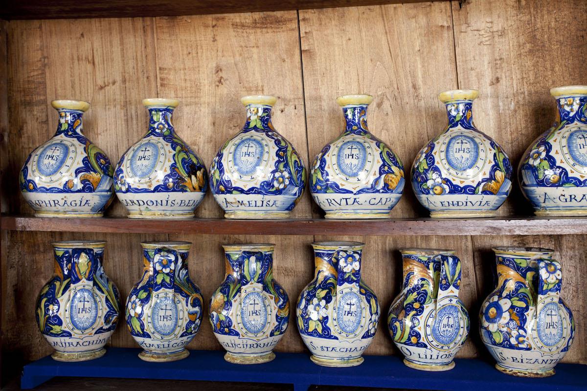 Novellara (RE), Spezieria dei Gesuiti, vasi istoriati, archivio Comune Reggio Emilia,CC BY-NC-SA 3.0
