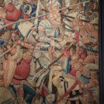 La battaglia di Roncisvalle 1475-1500, arazzo in lana e seta Londra, Victoria and Albert Museum L'Orlando Furioso non ha un inizio vero e proprio. Come un moderno sequel, prosegue il racconto di un romanzo cavalleresco pubblicato a Ferrara trent'anni prima: l'Orlando Innamorato di Matteo Maria Boiardo. Le ultime pagine dell'Innamorato ci avevano lasciato con Carlo Magno a Parigi assediato dall'esercito saraceno. Il Furioso comincia da lì. Anche i personaggi sono gli stessi e saltano da un poema all'altro.