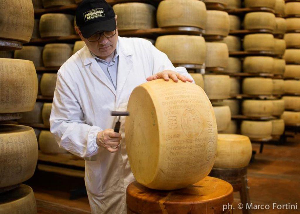 """Parmigiano Reggiano, """"espertizzazione"""" Ph. Marco Fortini"""