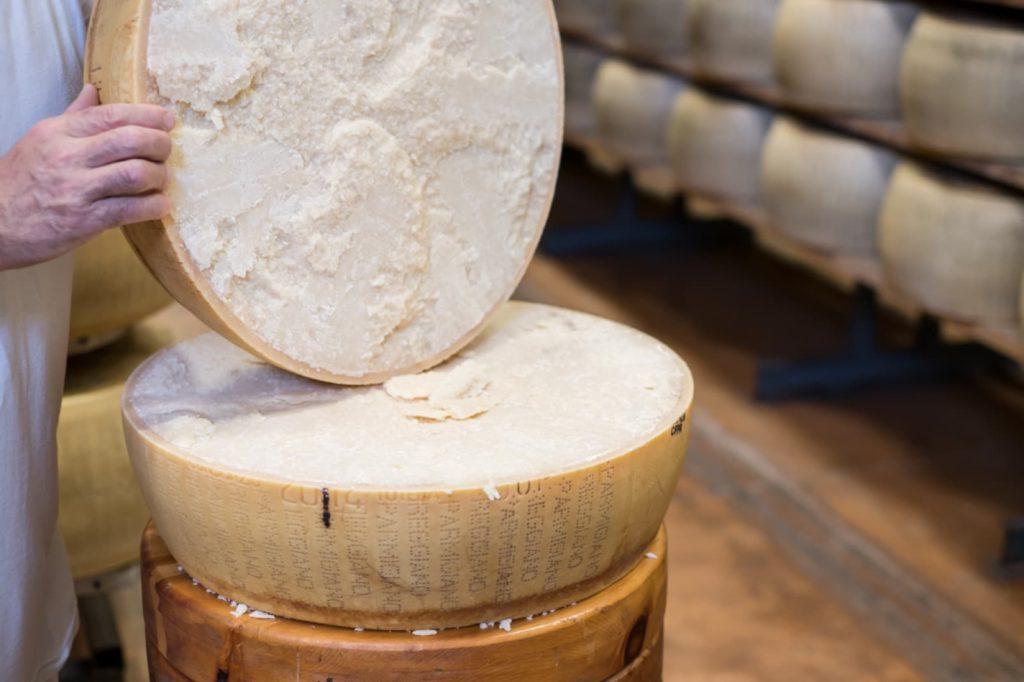 Parmigiano Reggiano, apertura della forma Ph. Camilla Bertuzzi