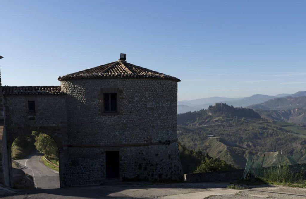 Poggio Torriana (RN), ingresso borgo della Scorticata, ph. Riccardo Gallini, archivio VisitRomagna