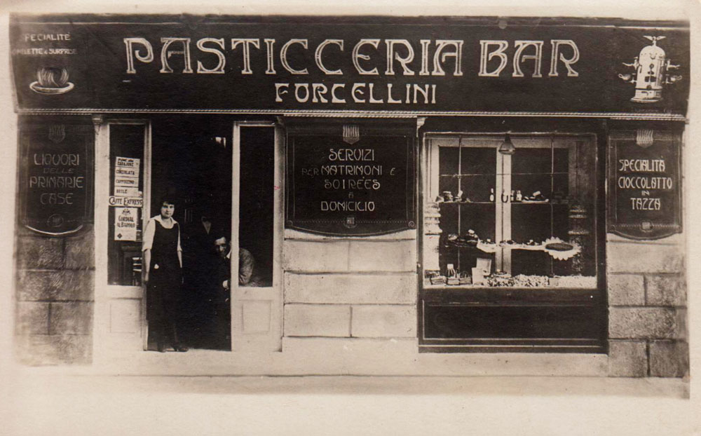 """Rimini, foto d'epoca della pasticceria bar Forcellini. Foto tratta dalla pagina facebook """"La Rimini che non c'è più"""" via http://www.romagnaliberty.it/"""