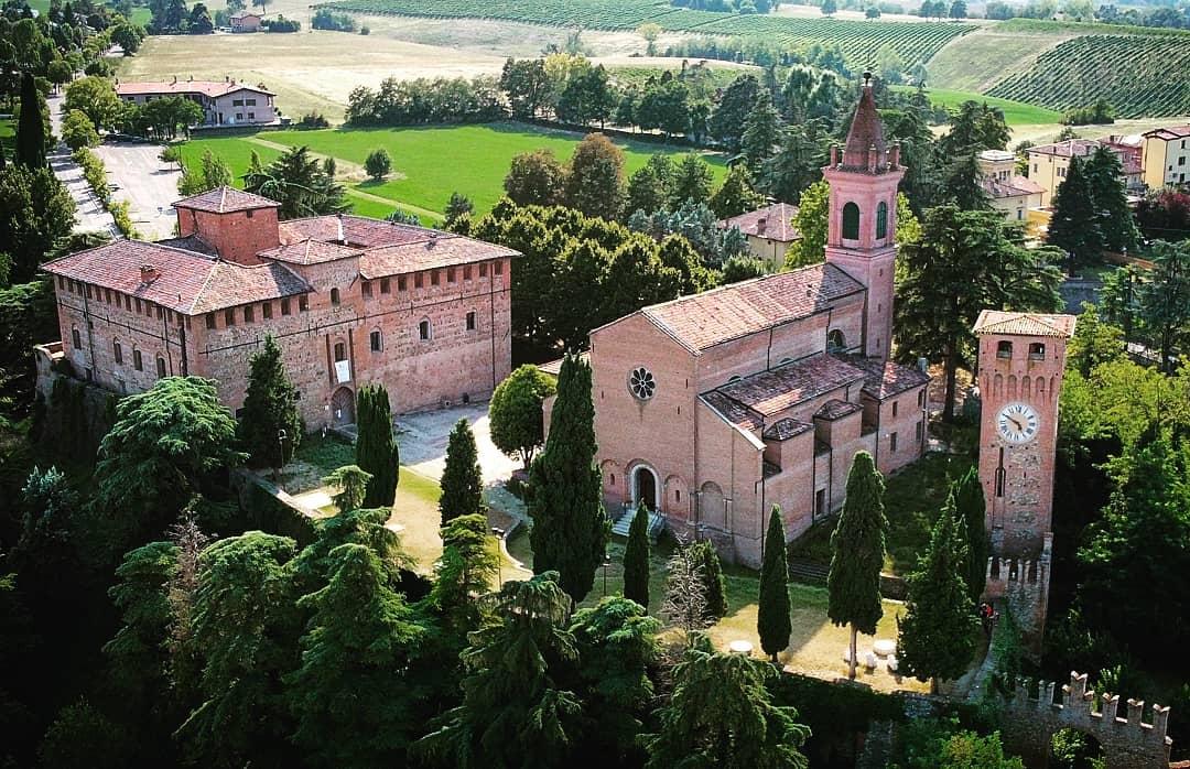 Rocca dei Bentivoglio, Bazzano, Valsamoggia (BO) Ph. @dronemilia_aerialphotos via Instagram