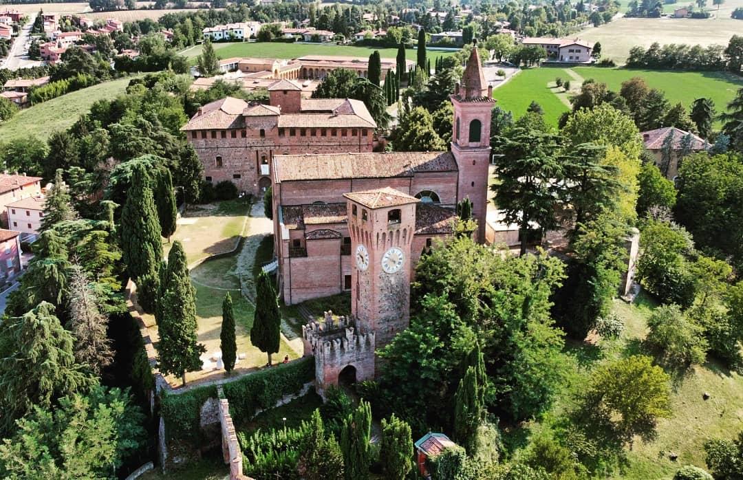 Rocca di Bazzano, Valsamoggia (BO) Ph. @dronemilia_aerialphotos via Instagram