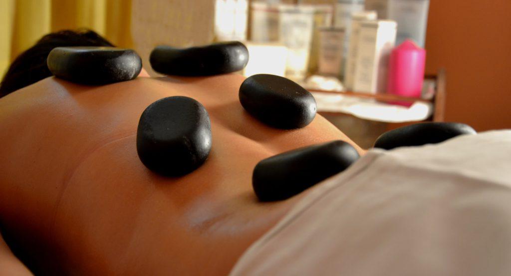 Salsomaggiore Terme (PR), massaggio con pietre laviche alle Terme Baistrocchi | Ph. termebaistrocchi.it