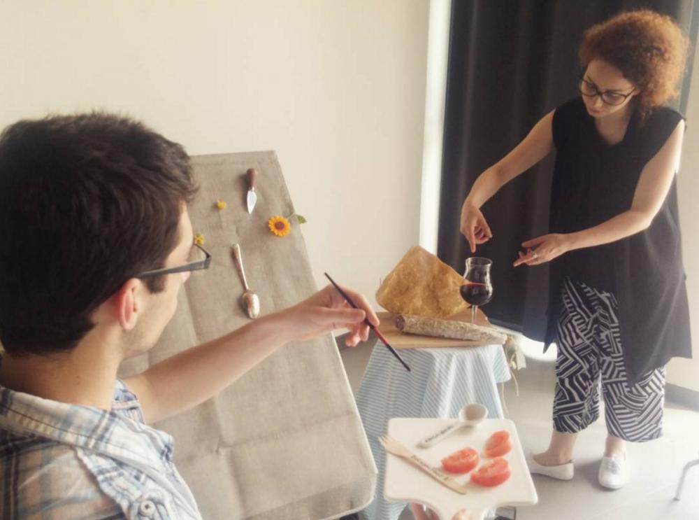 """""""Fotografare il cibo raccontando una storia"""": Silvia Canini e uno degli studenti immortalati mentre giocano con i soggetti di SelfieDOP COMET."""