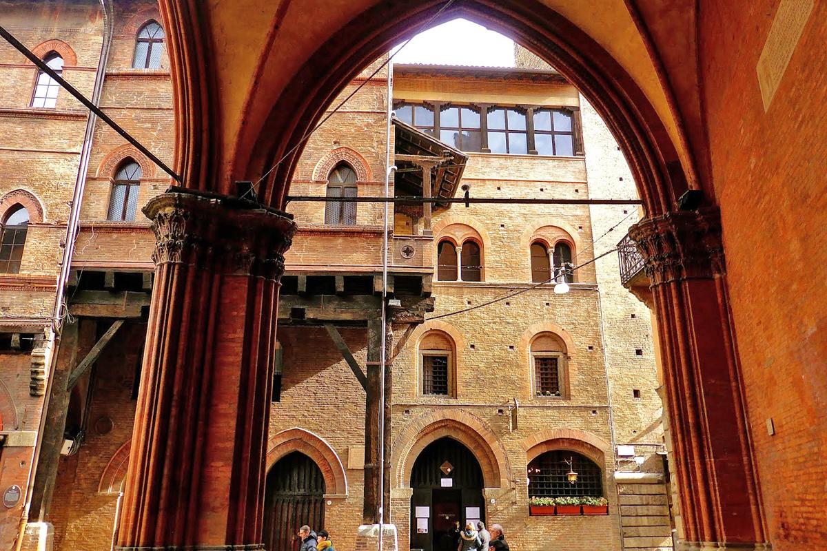 The porticoes of Casa Reggiani-Seracchioli, Bologna