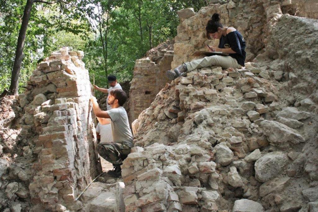 Gli archeologi all'opera durante lo scavo del castello medievale di Rontana