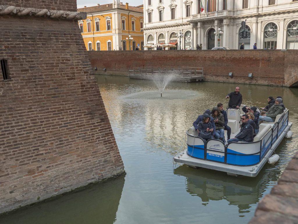 Ferrara, Castello Estense, in barca nel fossato