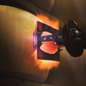 La nascita di una forma di Parmigiano Reggiano