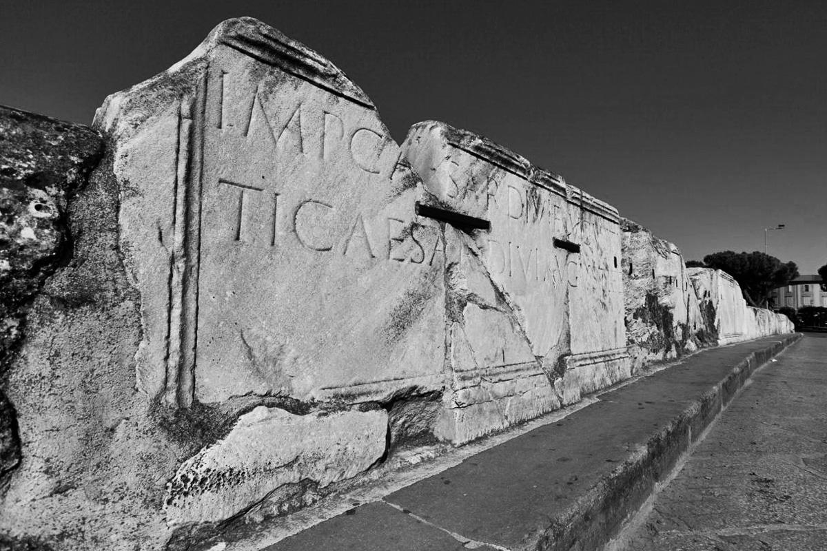 Ponte di Tiberio - Pannello con iscrizione dedicatoria