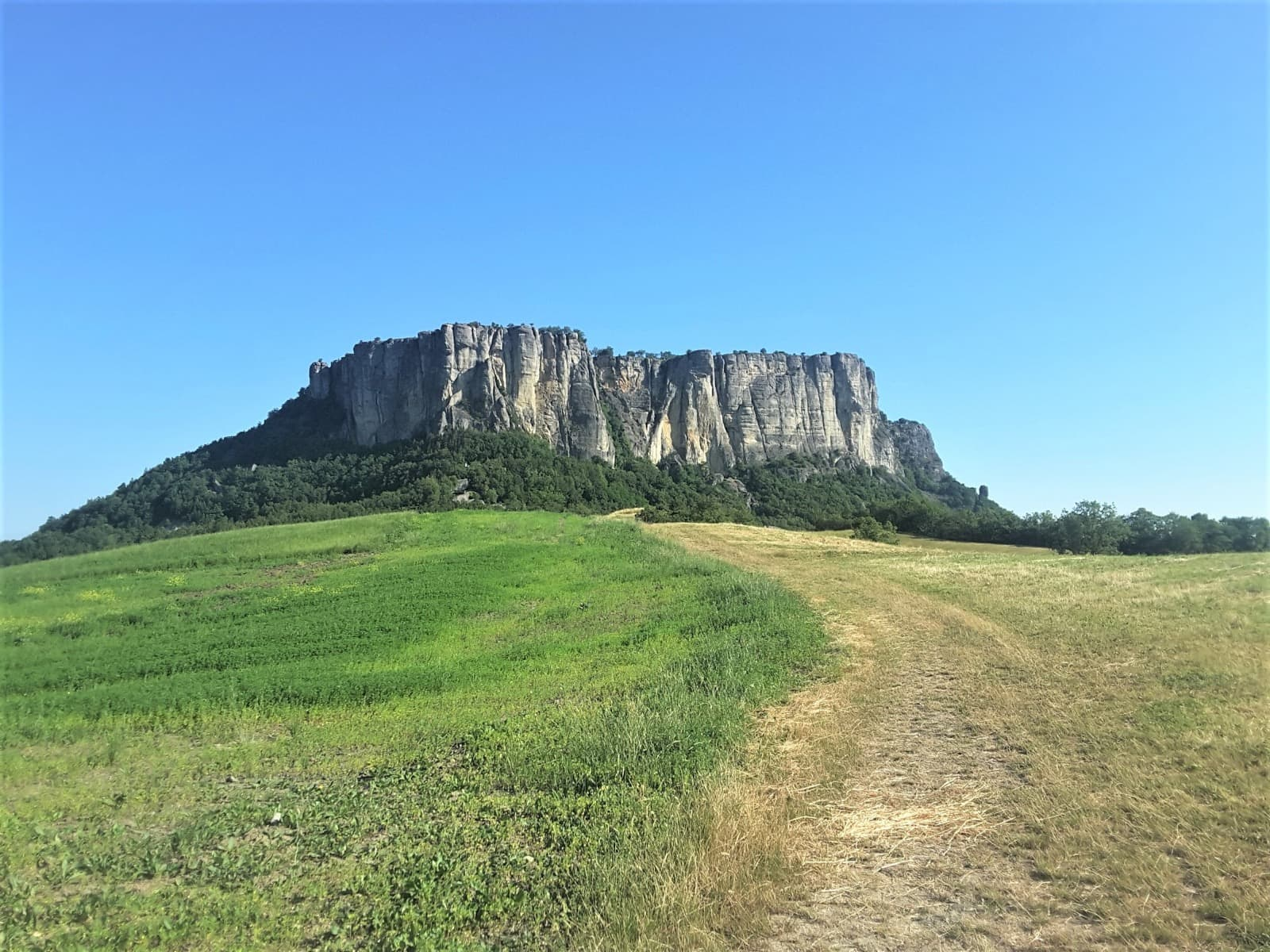 Pietra di Bismantova vista dalla parte di Ginepreto